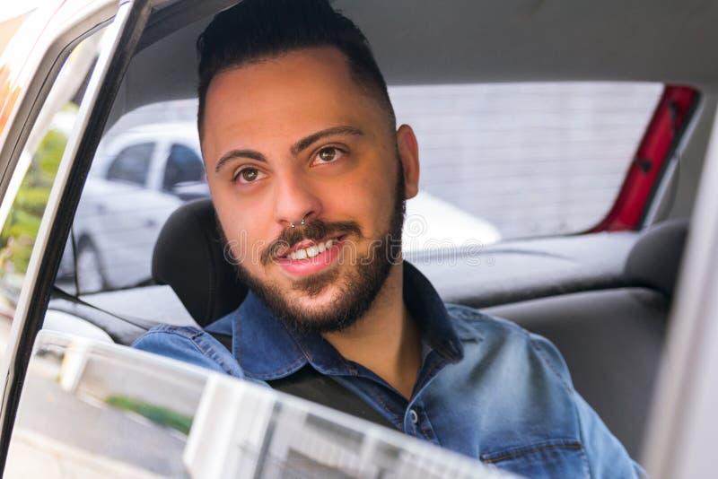 Studentenreiziger die door venster in privé voertuig kijken trans stock afbeelding
