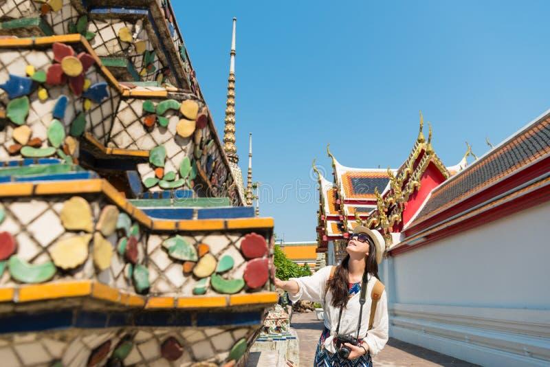 Studentenreiziger wat betreft de beroemde boeddhistische bouw royalty-vrije stock foto's