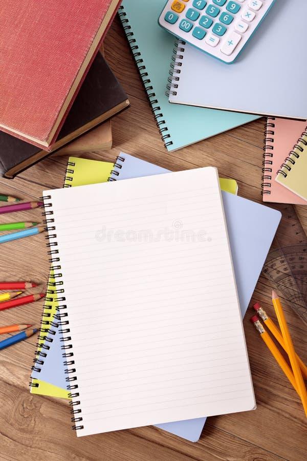 Studentenschoolbank met lege boeken, pen, potlood, verticale exemplaarruimte, royalty-vrije stock afbeeldingen