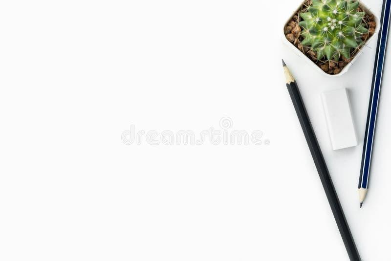 Studentenschreibtisch mit Bleistiften und Radiergummi Draufsicht mit Kopienraum, flache Lage stockfotografie