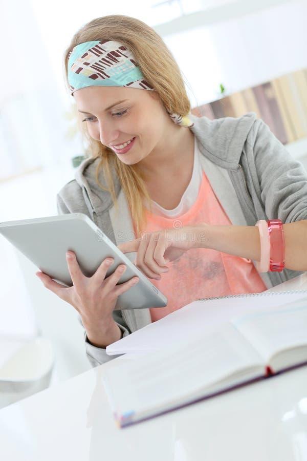 Studentenvrouw aan tablet wordt verbonden die royalty-vrije stock foto's