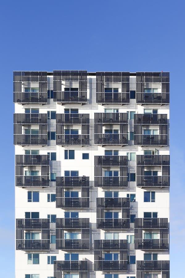 Studentenwoonplaats en de lage energiebouw met zonnecellen op balkons in de haven van Aarhus, Denemarken royalty-vrije stock fotografie