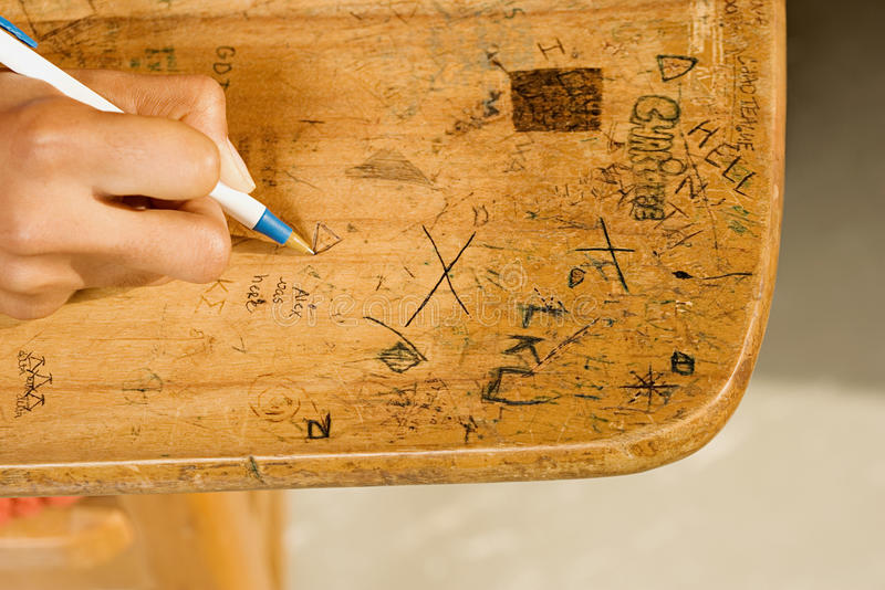Studentenzeichnung auf Schreibtisch stockbilder
