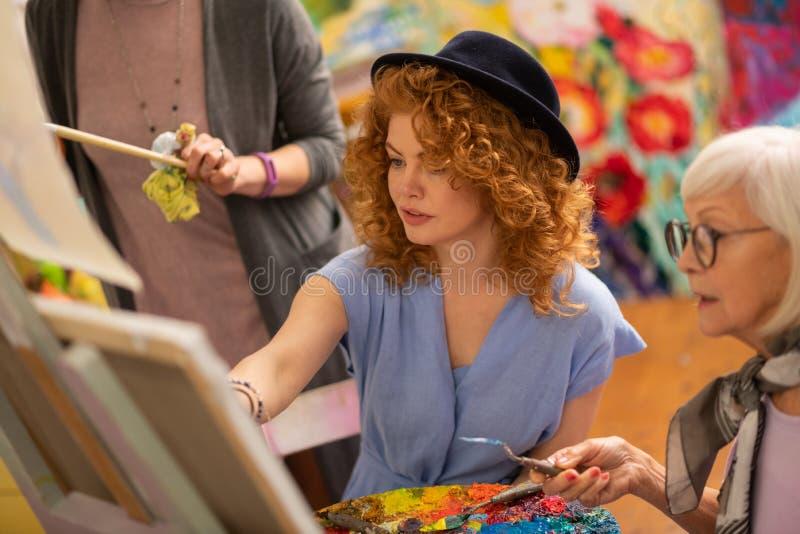 Studentenzitting dichtbij oud leraar en vrienden kleurend beeld royalty-vrije stock afbeeldingen