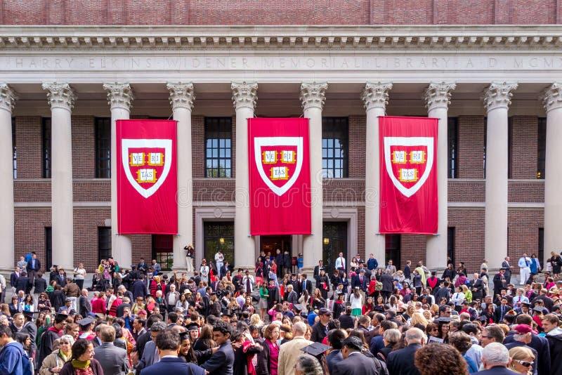 Studenter av Harvarduniversitetet samlar för deras avläggande av examencerem arkivbilder