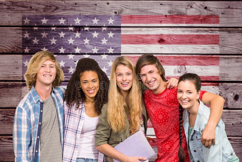 studenter beväpnar i arm mot amerikanska flaggan på träväggen royaltyfri foto