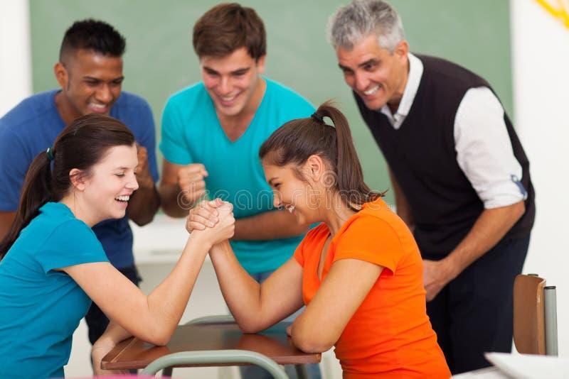 Studenter beväpnar wresling royaltyfria bilder