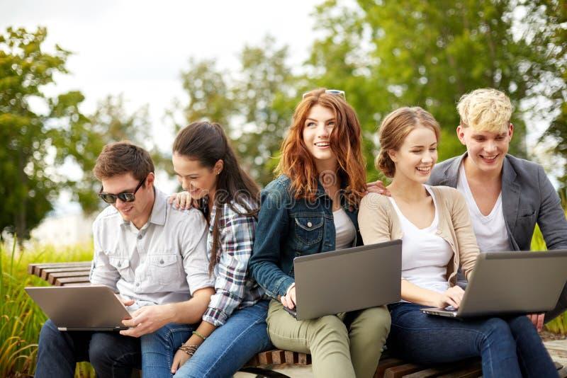 Studenter eller tonåringar med bärbar datordatorer fotografering för bildbyråer