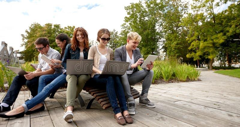 Studenter eller tonåringar med bärbar datordatorer royaltyfri bild