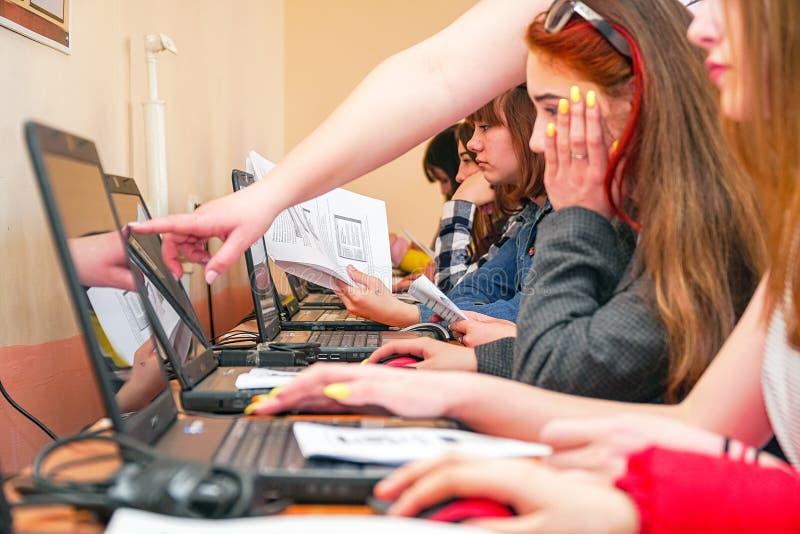 Studenter framme av datorer i en datorgrupp royaltyfri bild