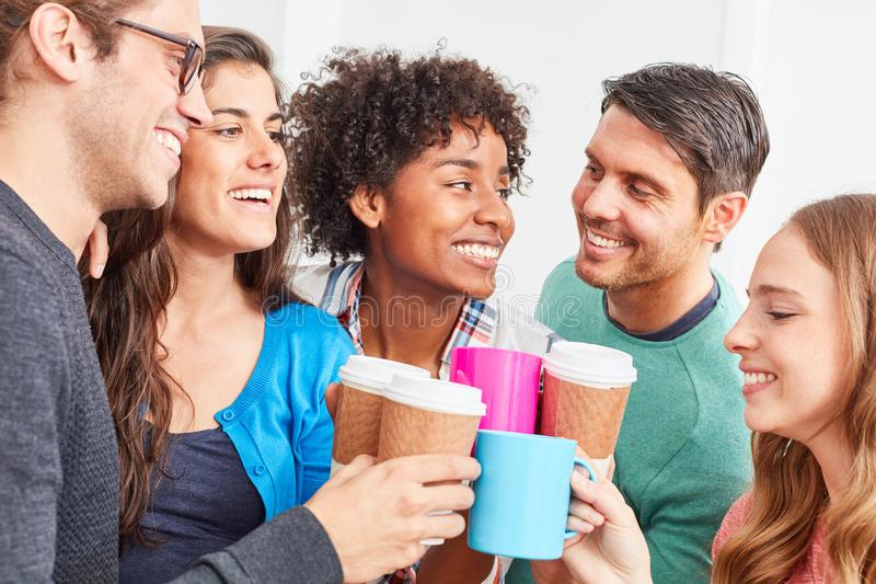 Studenter har ett kaffeavbrott tillsammans royaltyfri bild