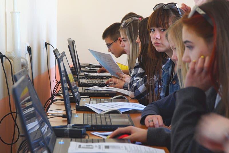 Studenter i en datorgrupp Studenter framme av datorer i en datorgrupp royaltyfri fotografi