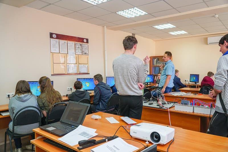 Studenter i en datorgrupp med en l?rare arkivfoto
