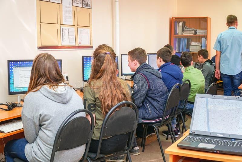 Studenter i en datorgrupp med en l?rare fotografering för bildbyråer