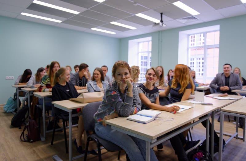 Studenter i en grupp av ny akademisk byggnad av högre skola av nationalekonomi royaltyfri fotografi
