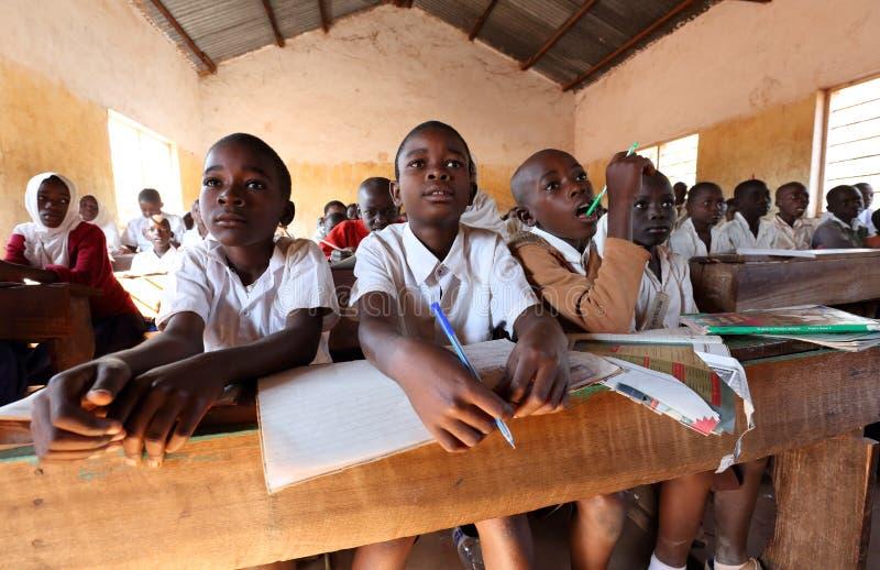Studenter i grundskola för barn mellan 5 och 11 år, Tanzania arkivfoton