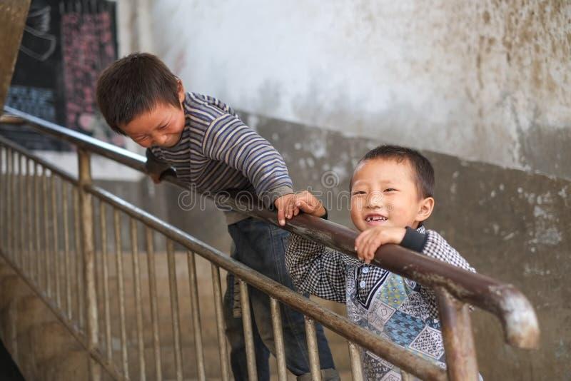 Studenter i Guizhou bergregion royaltyfri fotografi