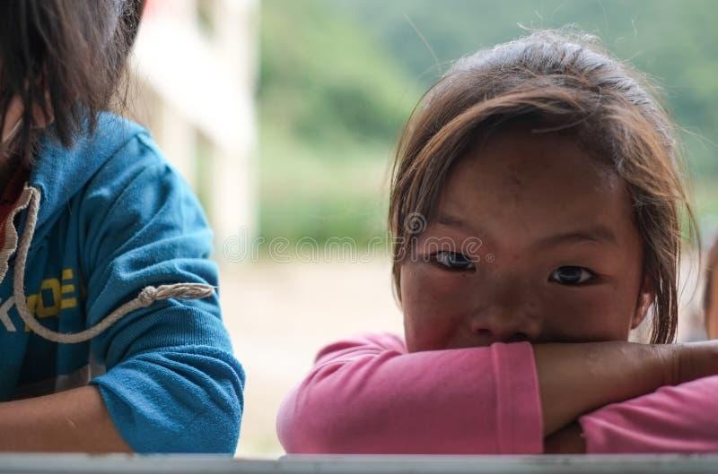 Studenter i Guizhou bergregion royaltyfria foton