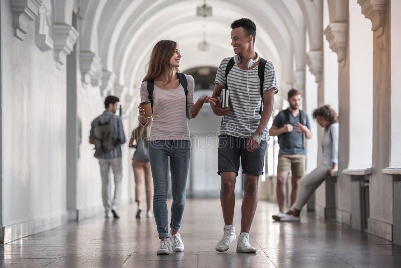 Studenter i korridoren royaltyfri bild