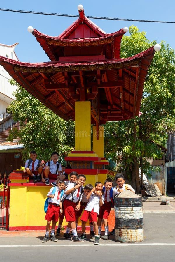 Studenter i likformign, Manado Indonesien royaltyfri bild
