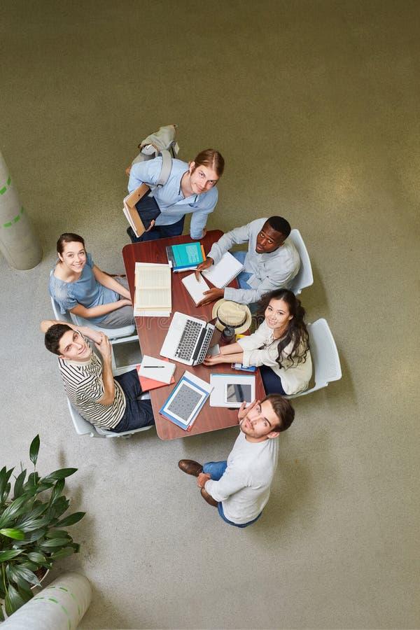 Studenter i tankesmedjaperiod fotografering för bildbyråer