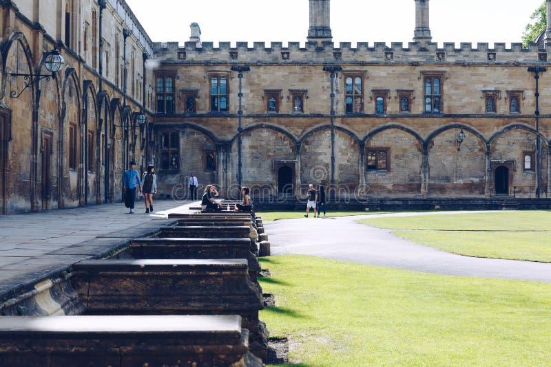 Studenter kopplar av i den stora fyrkanten av Kristuskyrkahögskolan royaltyfri fotografi