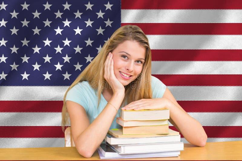 studenter med armbågar på böckerna mot amerikanska flagganbakgrund arkivfoton