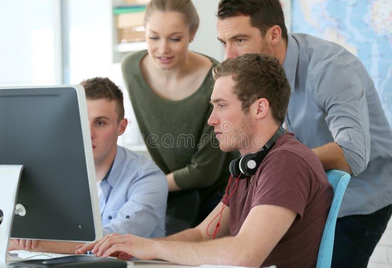 Studenter med läraren i digital designgrupp royaltyfri foto