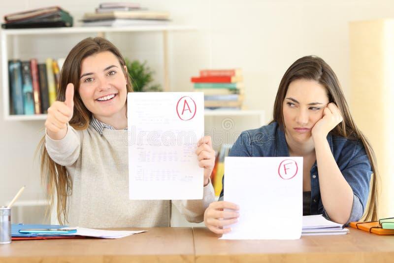 Studenter med missade och godkända examina royaltyfri fotografi