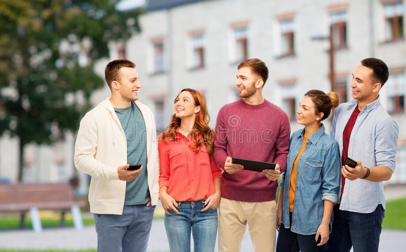 Studenter med smartphones och minnestavladatoren fotografering för bildbyråer