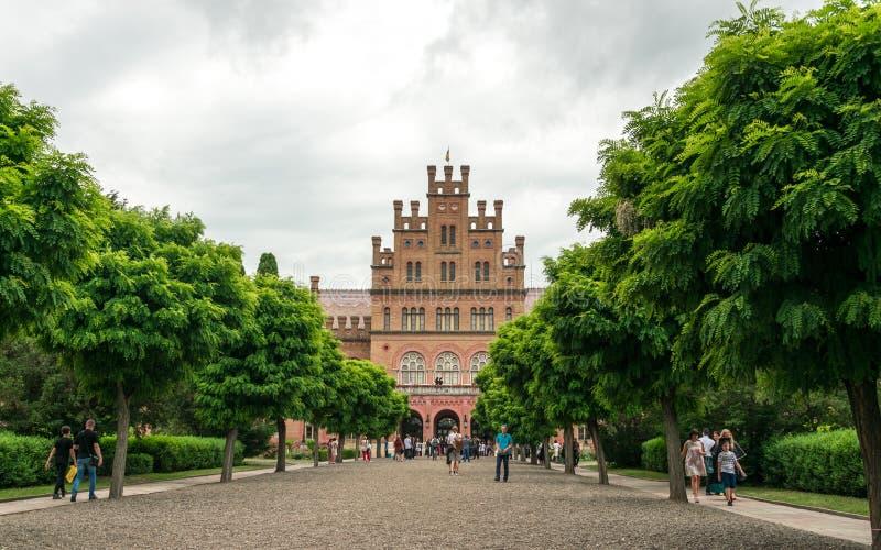 Studenter och byggnaden av det forntida universitetet i staden av Chernivtsi, Ukraina arkivbild
