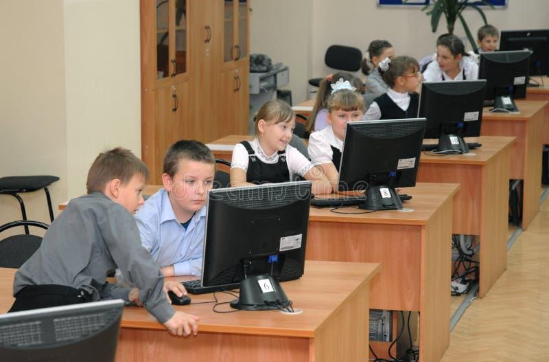 Studenter på kursen i datorlabbet royaltyfria foton