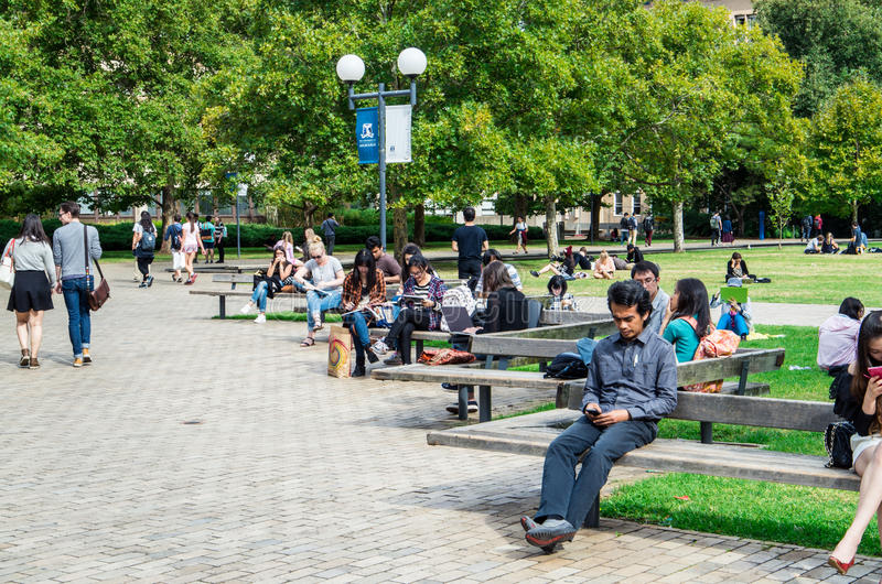 Studenter på universitetet av Melbourne södra gräsmatta royaltyfri foto
