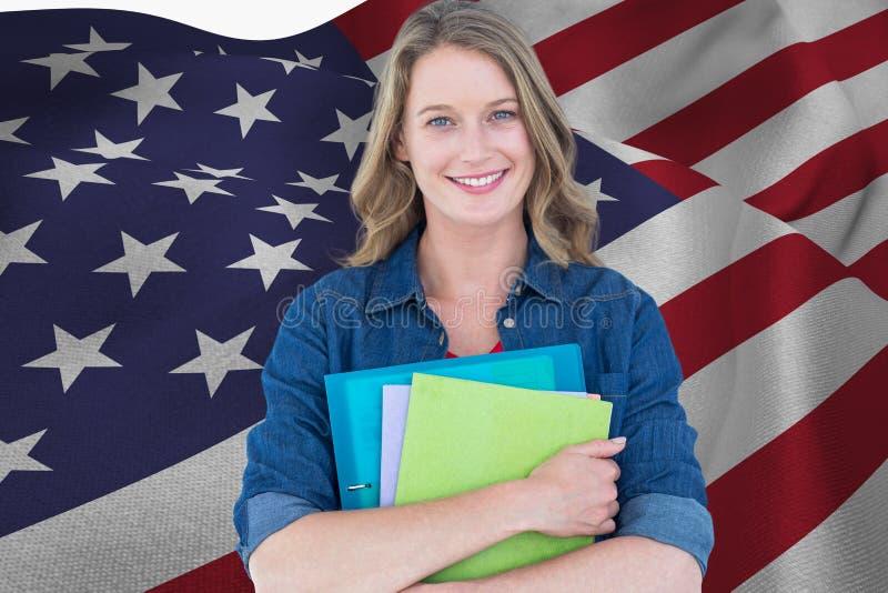 studenter rymmer anteckningsböcker mot amerikanska flagganbakgrund arkivfoto