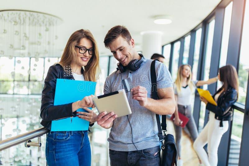Studenter som anv?nder dem digital minnestavla i ett universitet royaltyfria foton