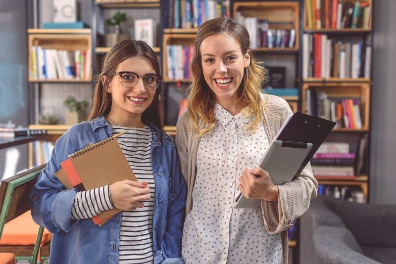 Studenter som arbetar i universitetarkiv arkivbild