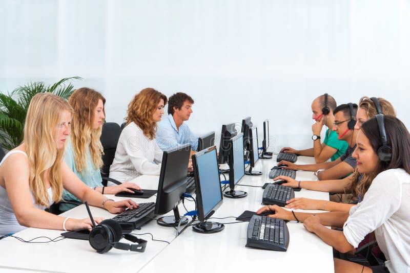 Studenter som arbetar på datorer. royaltyfri foto