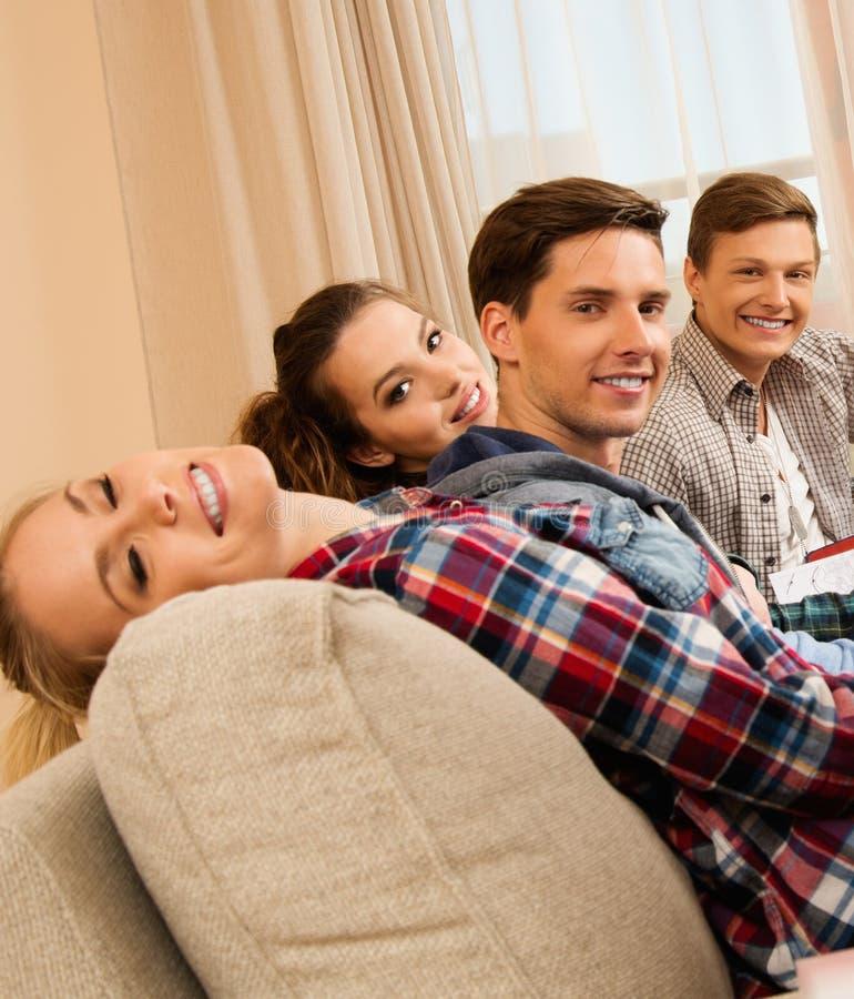 Studenter som förbereder sig för examina i hemmiljö royaltyfri foto