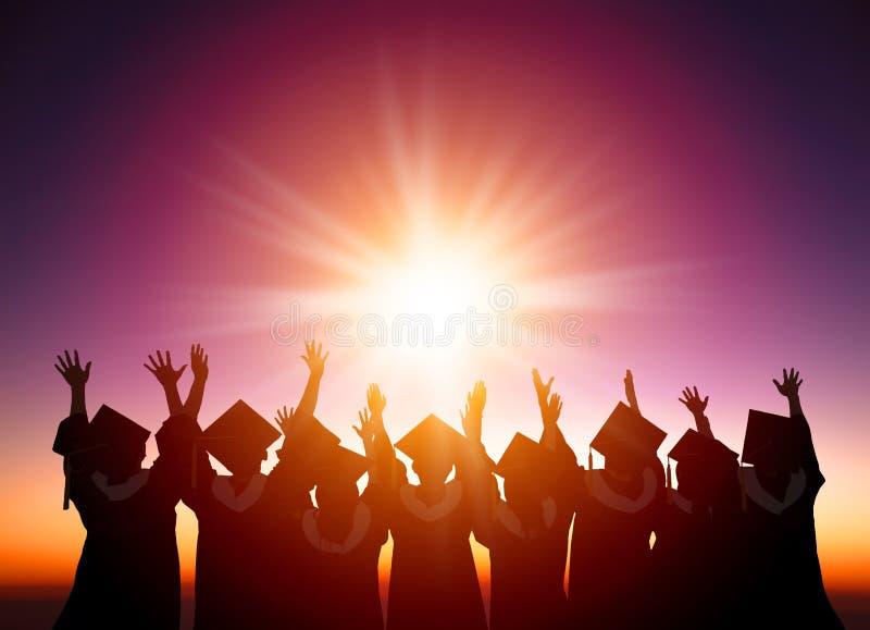 Studenter som firar avläggandet av examen som håller ögonen på sunlien arkivfoton
