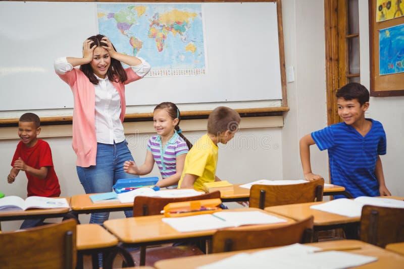 Studenter som kör den galna läraren royaltyfri fotografi