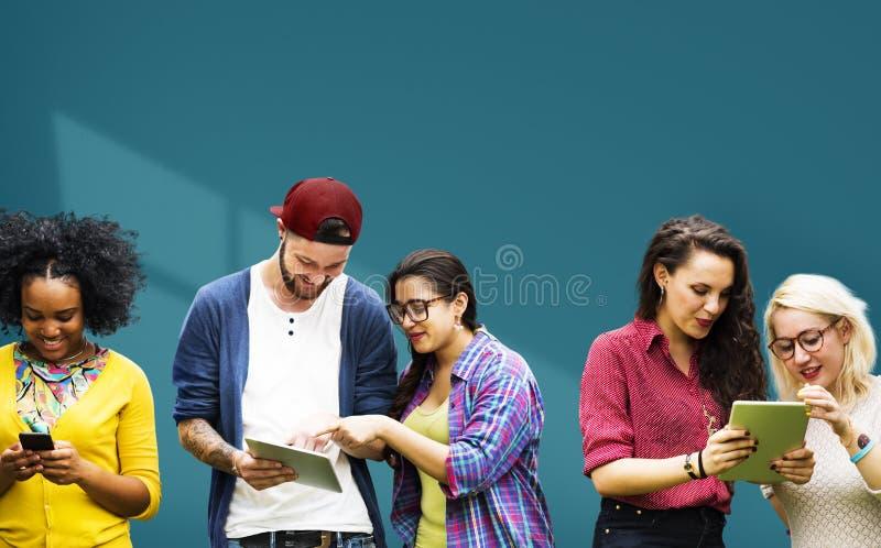 Studenter som lär gladlynt socialt massmedia för utbildning fotografering för bildbyråer