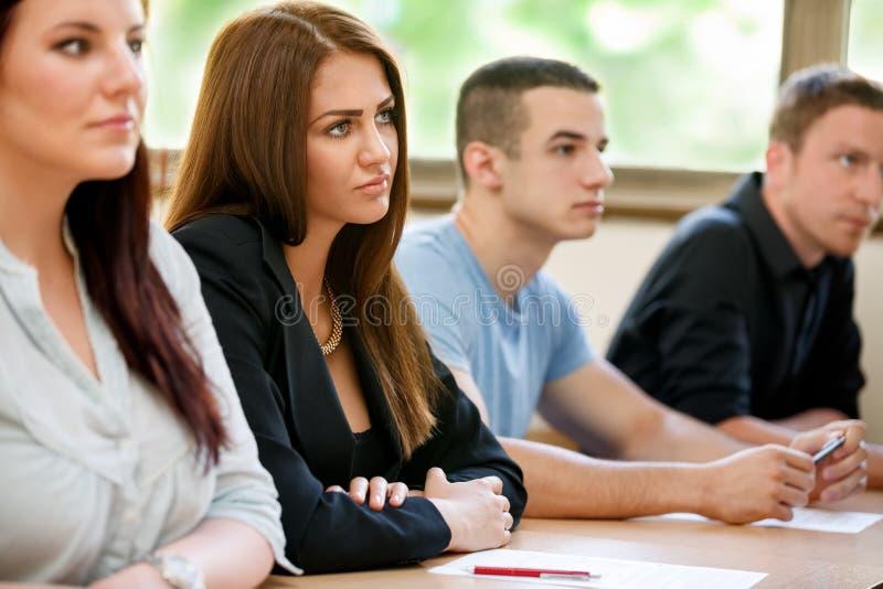 Studenter som lyssnar en föreläsare arkivbilder