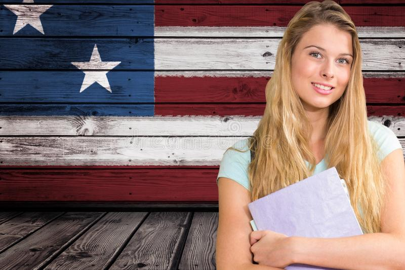 studenter som rymmer anteckningsboken mot amerikanska flagganbakgrund arkivbilder