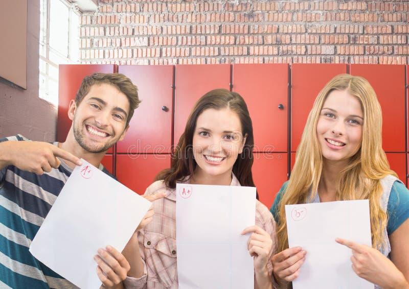 studenter som rymmer examen, täcker framme av skåp royaltyfria bilder