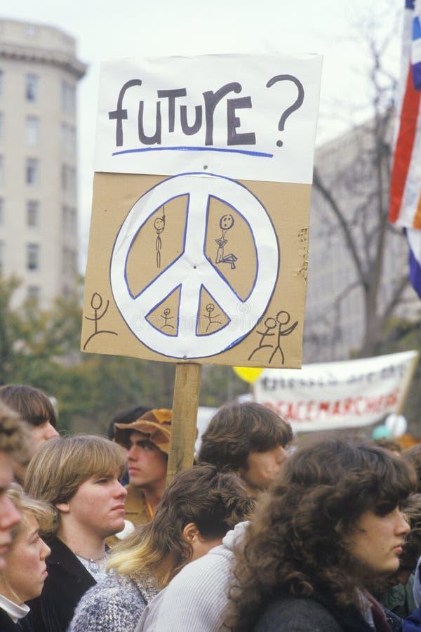 Studenter som rymmer fredtecknet på, samlar, Los Angeles, Kalifornien royaltyfria bilder