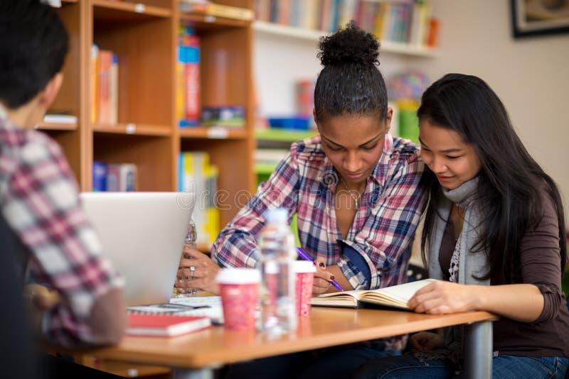 Studenter som studerar för examen efter föreläsning i högskola fotografering för bildbyråer