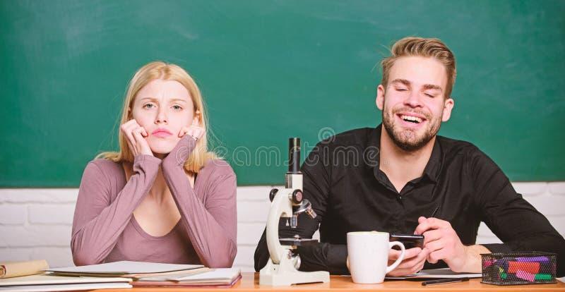 Studenter som studerar universitetet Genetik och teknik Sv?rt universitet?mne experimentera vetenskapligt Grabb och royaltyfria bilder