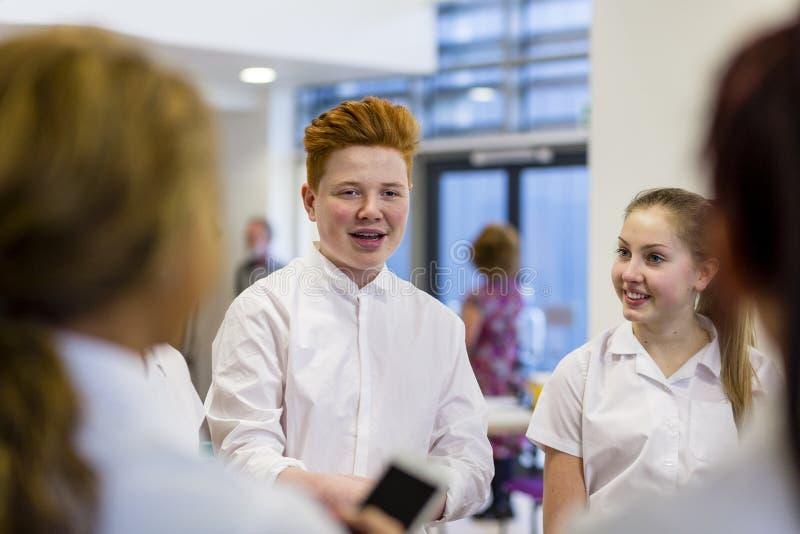 Studenter som talar på skolan royaltyfria foton