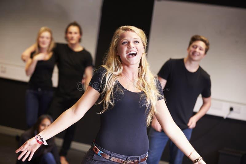 Studenter som tar sjungande grupp på dramahögskolan royaltyfri foto