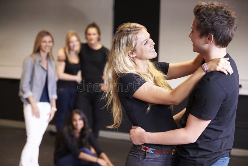 Studenter som tar tillförordnad grupp på dramahögskolan royaltyfri fotografi